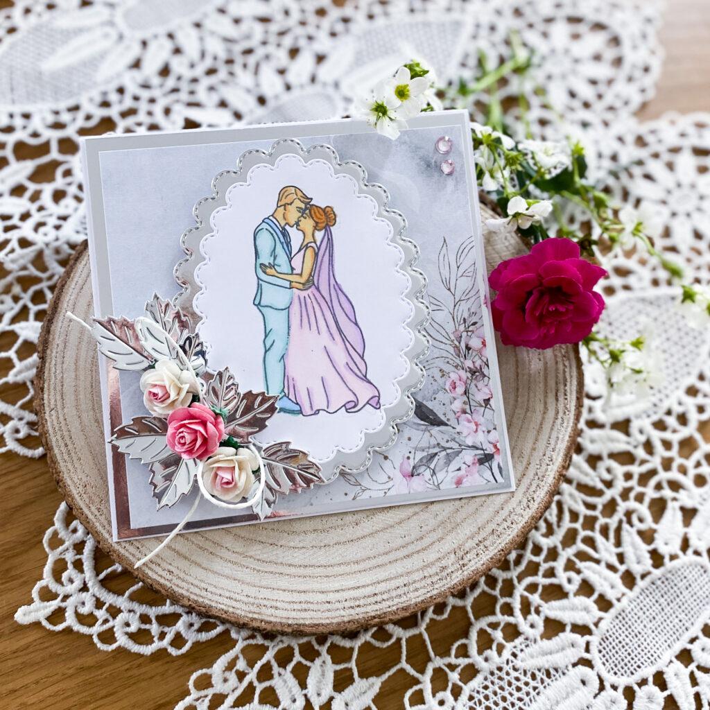 Ręcznie wykonana kartka ślubna ze srebrnymi dodatkami.