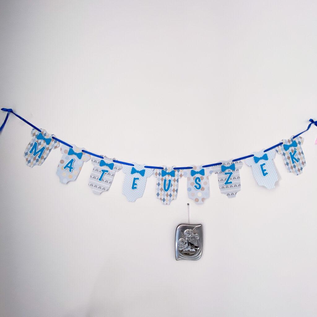 Ręcznie wykonany baner z imieniem maluszka. Idealny do dekoracji pokijy dziecięcego lub imprez urodzinowych albo baby showem.